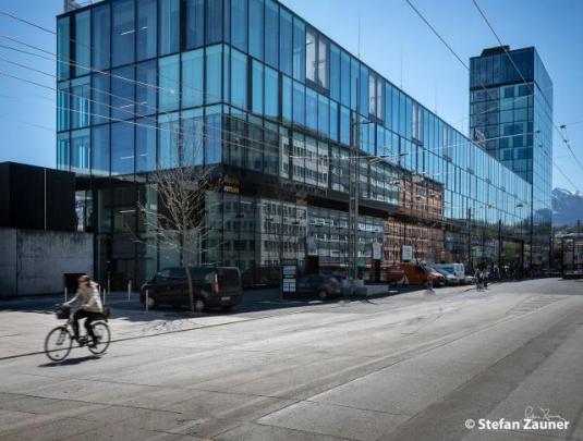 Ansicht modernes Geschäftshaus mit Glasfassade