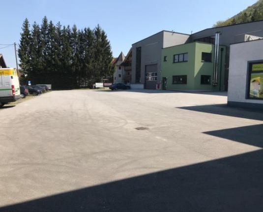 Zufahrt und Parkareal einer Betriebsliegenschaft