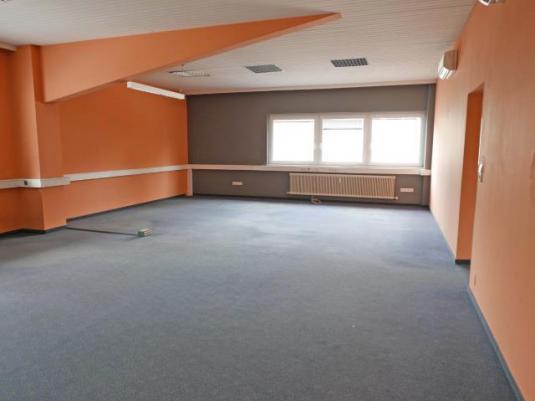Geräumiger Büroraum mit Teppichboden