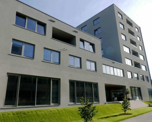 Außenansicht eines modernen Bürogebäudes mit zahlreichen Fenstern