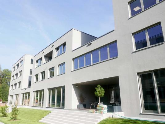 Außenansicht eines Bürogebäudes mit Fensterfronten