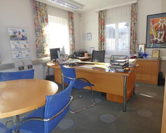 Büroraum mit Besprechungstisch