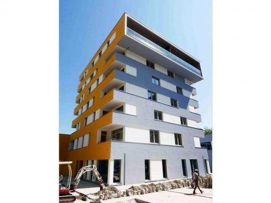 Moderner Büroneubau mit farbenfroher Fassade