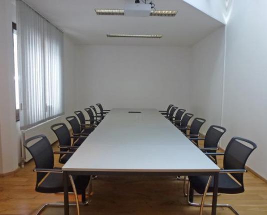 Besprechungsraum mit großem Tisch