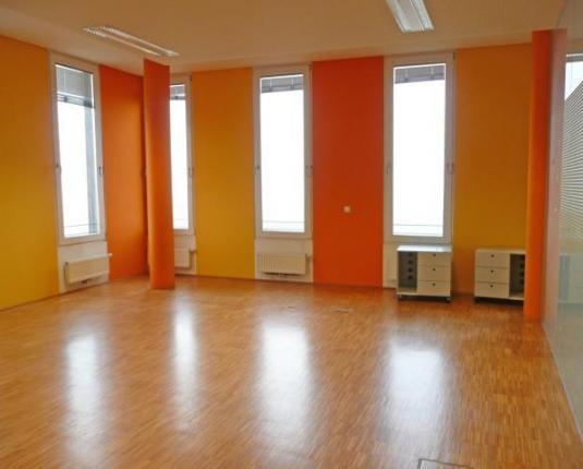 Büroraum mit bunten Wänden