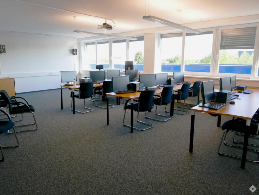 Eingerichteter Schulungsraum mit EDV-Ausstattung