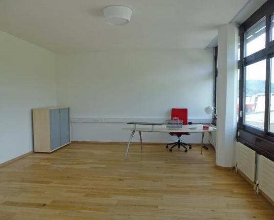 Büroraum mit einem Schreibtisch
