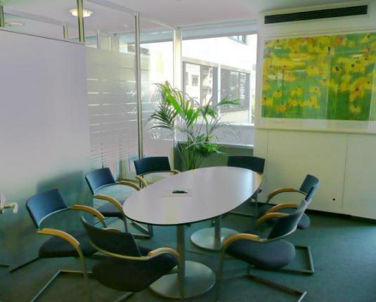 Besprechungstisch in einem Büroraum