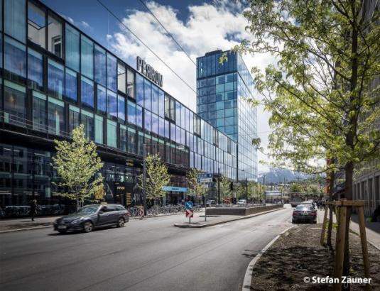 Außenansicht eines modernen Gebäudes mit Glasfassade