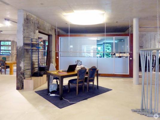 Loftbüro mit Sichtbetonmauern