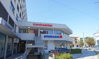 Außenansicht Geschäftshaus mit Firmenbeschilderung