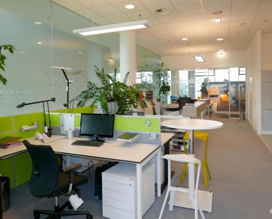 Büroraum mit moderner Einrichtung