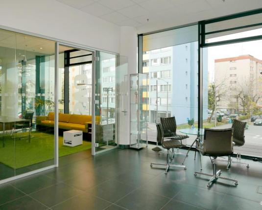 Büro mit raumhoher Fensterfront
