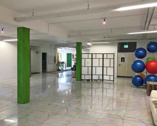 Geräumiger Raum mit Fitnessequipment