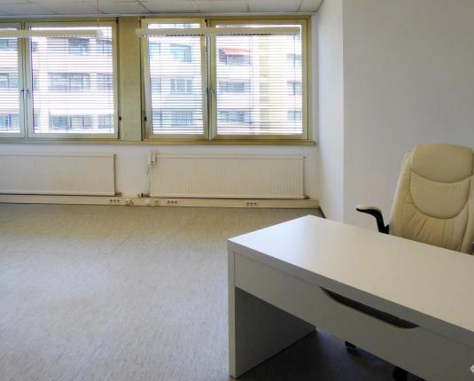 Kleines Büro mit großen Fenstern