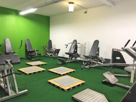 Mit Fitnessgeräten ausgestatteter Trainingsraum