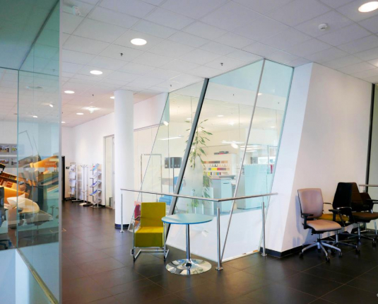 Bürointerieur mit Glaselementen