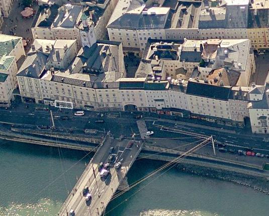 Aufnahme von Oben auf die Staatsbrücke und die linke Salzburger Altstadt