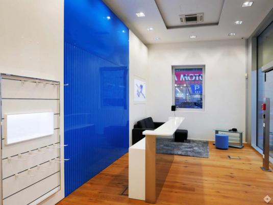 Eingerichtete Gewerbefläche mit blauer Rückwand