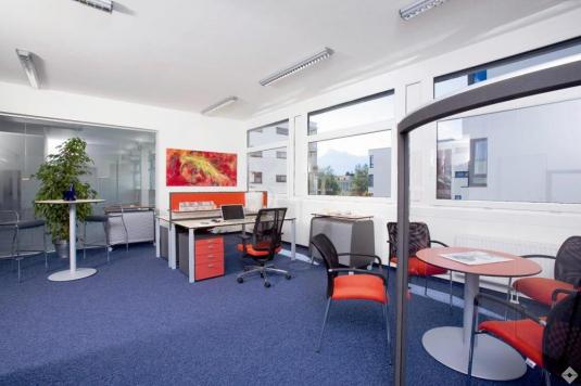 Heller eingerichteter Büroraum