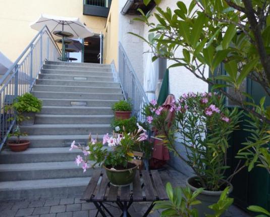 Außentreppe und Zugang zur Büroeinheit