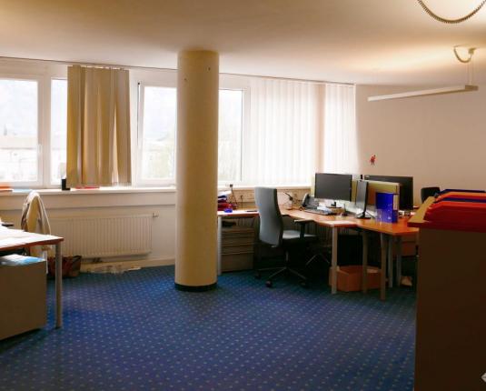 Eingerichteter Büroraum mit mehreren Arbeitsplätzen