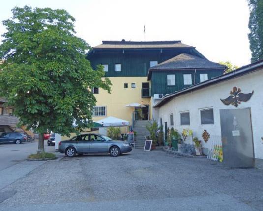 Außenansicht und Parkplatz eines ländlichen Gebäudes