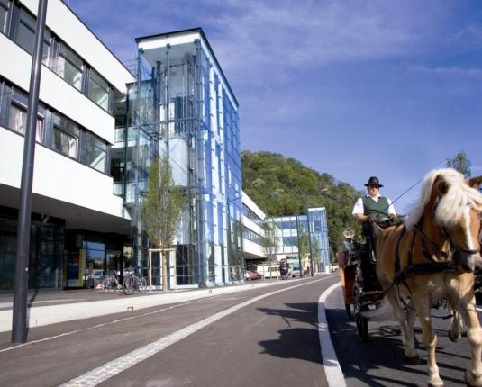 Außenansicht des Büro- und Geschäftshaus mit Kutsche