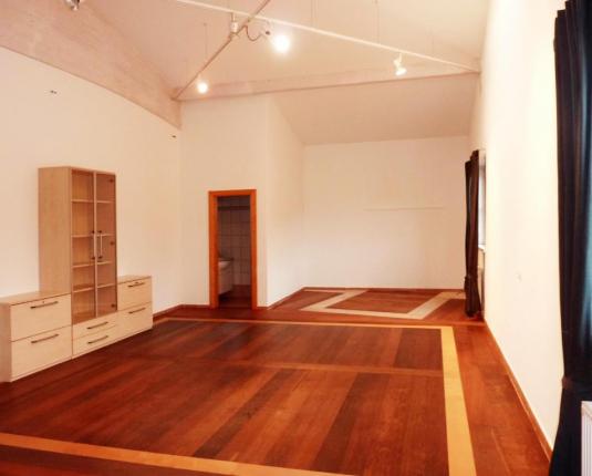 Büroraum mit dunklem Boden