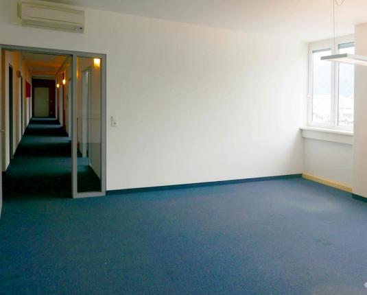 Büroraum mit Blick Richtung Flur