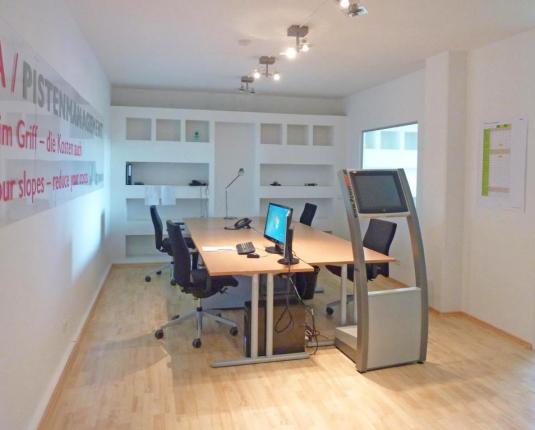 Eingerichteter Büroraum mit 2 Arbeitsplätzen