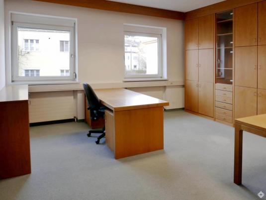 Eingerichteter Büroraum mit Einbauschrank