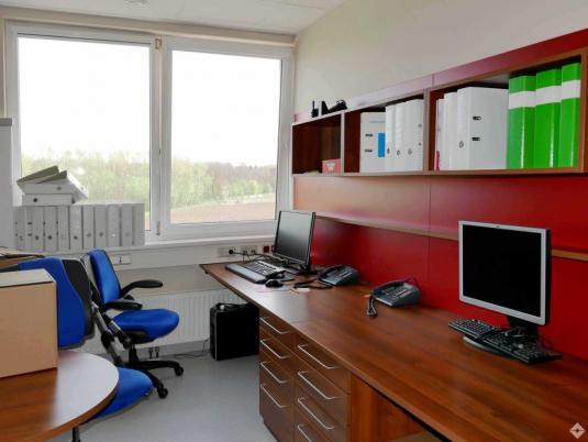 Büroraum mit großen Fenstern