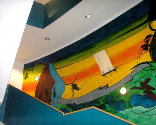 Stiegenaufgang mit Wandbemalung