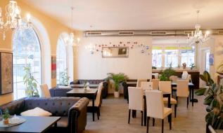 Freundlicher Gastraum eines Cafés