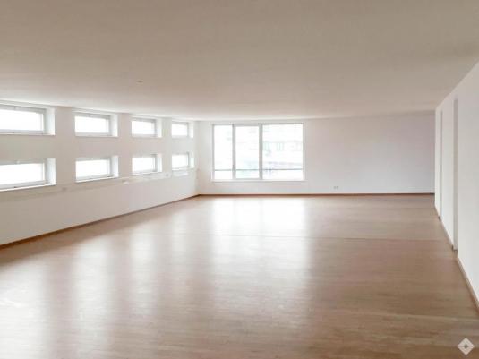 Geräumiger leerer Büroraum mit vielen Fenstern