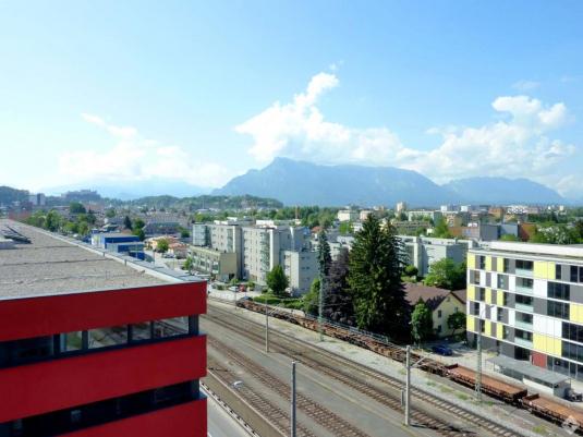 Blick auf Gleise und Richtung Untersberg in Salzburg