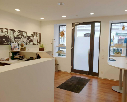 Empfangsbereich mit Blick zur Eingangstüre in einem Büro