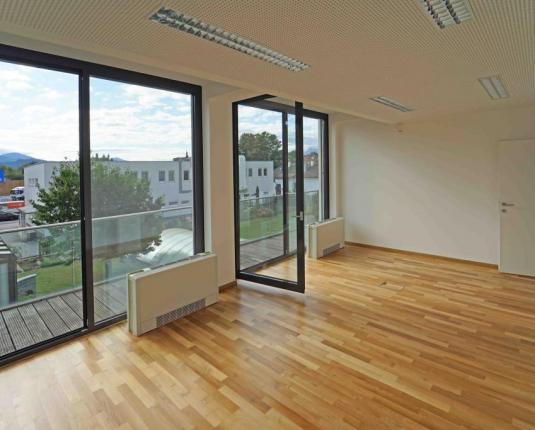 Büroraum mit Fensterfront und Ausblick
