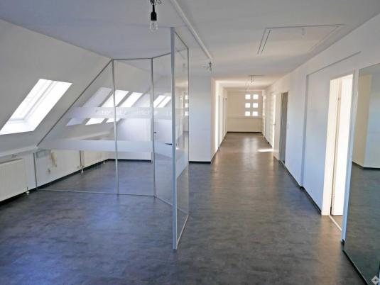 Büro mit Dachgeschoß mit Glastrennwänden