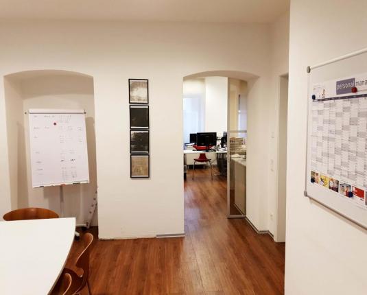 Helle Büroräumlichkeiten mit dunklem Boden
