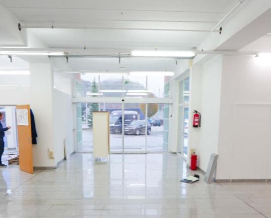Geschäftslokal mit Blick zum Eingangsbereich von Innen