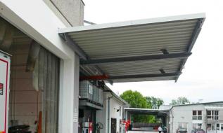 Einfahrt und Flugdach einer Betriebsliegenschaft