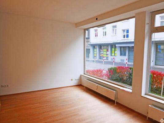 Büro mit großer Fensterfront im Erdgeschoß