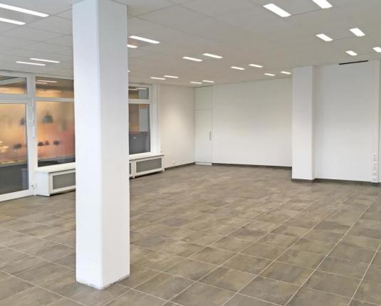 Heller leerer Büroraum