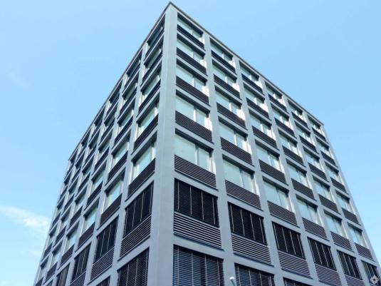 Ansicht der Fassade eines modernen Bürogebäudes