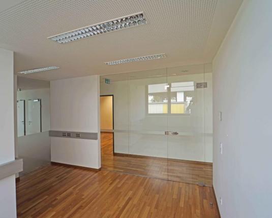 Modernes Büro mit Glaselementen
