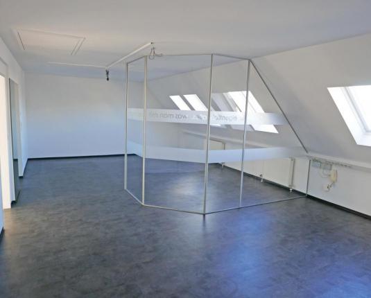 Dachgeschoßbüro mit Glastrennwänden