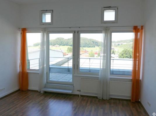 Heller Büroraum mit Terrassenzugang