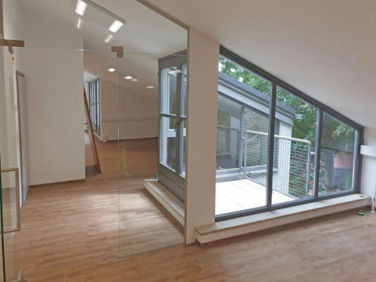 Büro mit großen Fenstern